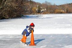 Apprentissage au patin de glace Photos stock