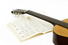 Apprentissage de la guitare Photo stock