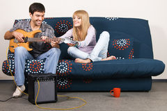 Apprentissage de la guitare Photos libres de droits