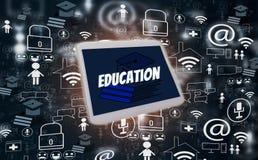 Apprentissage en ligne et éducation en ligne, avec des médias sociaux de comprimé et d'icônes sur le fond noir, conception créati photo stock