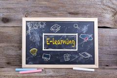 Apprentissage en ligne sur le tableau noir Étude d'éducation de la connaissance apprenant l'escroquerie Image libre de droits