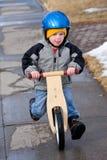 Apprentissage pour conduire un vélo image libre de droits