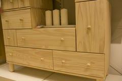 Apprettatrice di legno di pino in negozio di mobili immagine stock libera da diritti