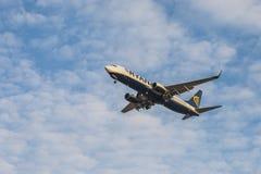 Approccio del getto dell'aereo di linea di Ryanair a terra con il carrello di atterraggio visualizzato, visto da sotto Fotografie Stock