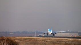 Approccio dell'aereo di linea del getto di Aerolineas Argentinas a terra alla pista dell'aeroporto di Madrid, veduta da dietro Immagini Stock