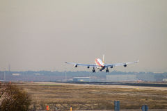 Approccio dell'aereo di linea del getto di Iberia a terra alla pista dell'aeroporto di Madrid, veduta da dietro Immagine Stock Libera da Diritti