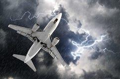 Approccio dell'aeroplano all'atterraggio dell'aeroporto nel colpo llightning della pioggia di uragano della tempesta del maltempo Fotografia Stock
