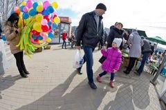 Approche créative - vendez les bouquets des ballons colorés à la place o Image stock