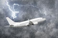 Approche d'avion à l'atterrissage d'aéroport dans la grève llightning de pluie d'ouragan de tempête de mauvais temps photos stock