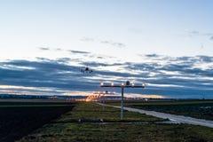 Approche de l'aéroport au crépuscule Image libre de droits