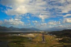 Approche de la piste à l'aéroport de cairns Image libre de droits