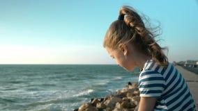 Approche de mal de tristesse et de dépression dans l'éducation des enfants banque de vidéos
