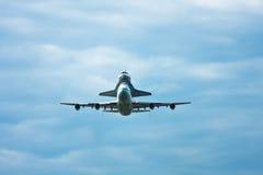 Approche de navette de découverte à l'aéroport de Dulles Photos libres de droits