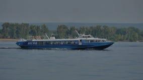 Approche de petit bateau le pilier Navigation de bateau sur la rivière HD banque de vidéos