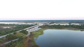 Approche orientale visuelle aérienne de bourdon du côtier inter, du marécage et du pont ayant beaucoup d'étages la Caroline du No banque de vidéos