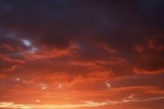 Approche rouge orageuse vibrante de nuages Photos libres de droits