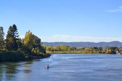 Approches de bateau en grande rivière Images stock