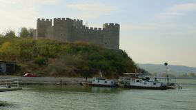 Approchez de l'eau d'une vieille tour de forteresse dans le Danube clips vidéos