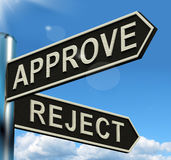 Approuvez le poteau indicateur de rejet montrant que la décision à acceptent ou diminuent Photo libre de droits