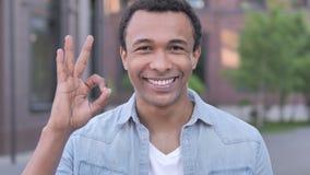 Approvazione dall'uomo africano soddisfatto, all'aperto archivi video