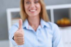 Approvazione o approvazione femminile di manifestazione del braccio con il pollice su Fotografia Stock