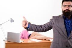 Approvazione ottenuta dal suo responsabile Uomo barbuto che mostra i pollici sul gesto di approvazione Pantaloni a vita bassa bru fotografia stock