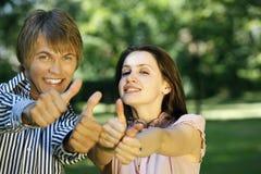 APPROVI il segno dalle giovani coppie Fotografia Stock Libera da Diritti