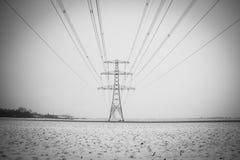 Approvisionnement à haute tension dans l'hiver images libres de droits