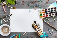 Approvisionnements créatifs artistiques d'oeuvre d'art de fond et papier blanc de maquette, configuration plate photos stock
