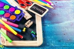 Approvisionnements d'école colorés De nouveau au concept d'école Image stock