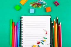 Approvisionnements d'école Concept de nouveau à l'école Vue supérieure Configuration plate Images stock