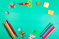 Approvisionnements d'école Concept de nouveau à l'école Vue supérieure Configuration plate Images libres de droits