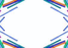 Approvisionnements d'école De nouveau aux éléments de conception d'école Marqueurs colorés et feuille de papier vide blanche Photographie stock