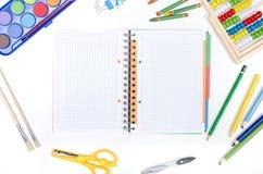 Approvisionnements d'école sur le fond blanc Photo stock