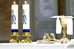 Approvisionnements d'église pour le baptême sur la table photo libre de droits