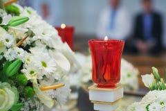 Approvisionnements d'église pour le baptême sur la table photo stock