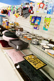 Approvisionnements d'animal familier : Casse-croûte, jouets, lits, et cuvettes Images stock