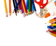 Approvisionnements d'école assortis sur un fond blanc Photographie stock