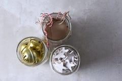 Approvisionnements d'emballage de cadeau dans le maçon Jars Image stock