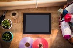 Approvisionnements de comprimé et de fleuriste de Digital sur la table en bois Images libres de droits