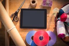 Approvisionnements de comprimé et de fleuriste de Digital sur la table en bois Image libre de droits