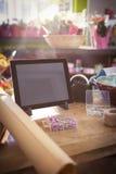Approvisionnements de comprimé et de fleuriste de Digital sur la table en bois Photo stock