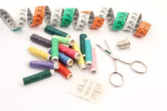 Approvisionnements de couture avec des ciseaux Photo stock