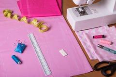 Approvisionnements de couture, tissu dans la coupe, machine à coudre sur le bureau Images stock