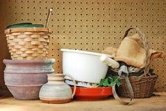 Approvisionnements de jardin sur un banc de travail Images libres de droits
