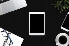 Approvisionnements de local commercial de vue supérieure Ordinateur portable avec le carnet et smar Images stock