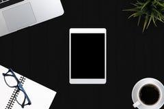 Approvisionnements de local commercial de vue supérieure Ordinateur portable avec le carnet et smar Image libre de droits