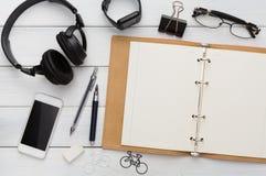 Approvisionnements de papeterie - configuration plate de bureau Photos stock