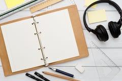 Approvisionnements de papeterie - configuration plate de lieu de travail Photographie stock libre de droits