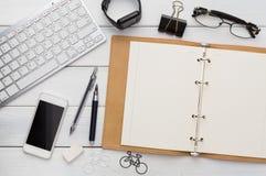 Approvisionnements de papeterie - configuration plate de lieu de travail Images libres de droits